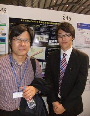 ポスター会場で、藤井・千葉教授.JPG